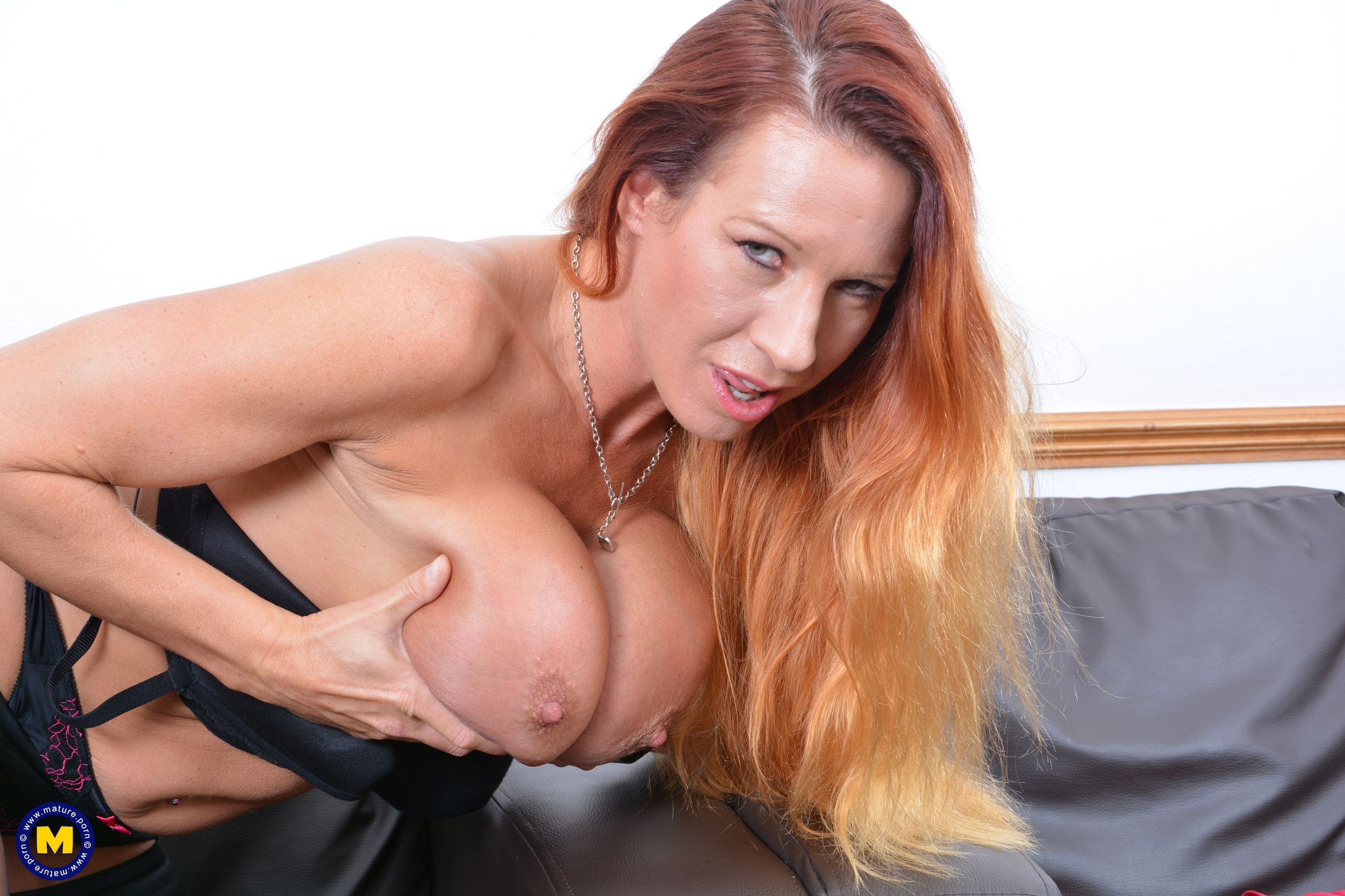 Crazy British COUGAR Faye plays with her cunny