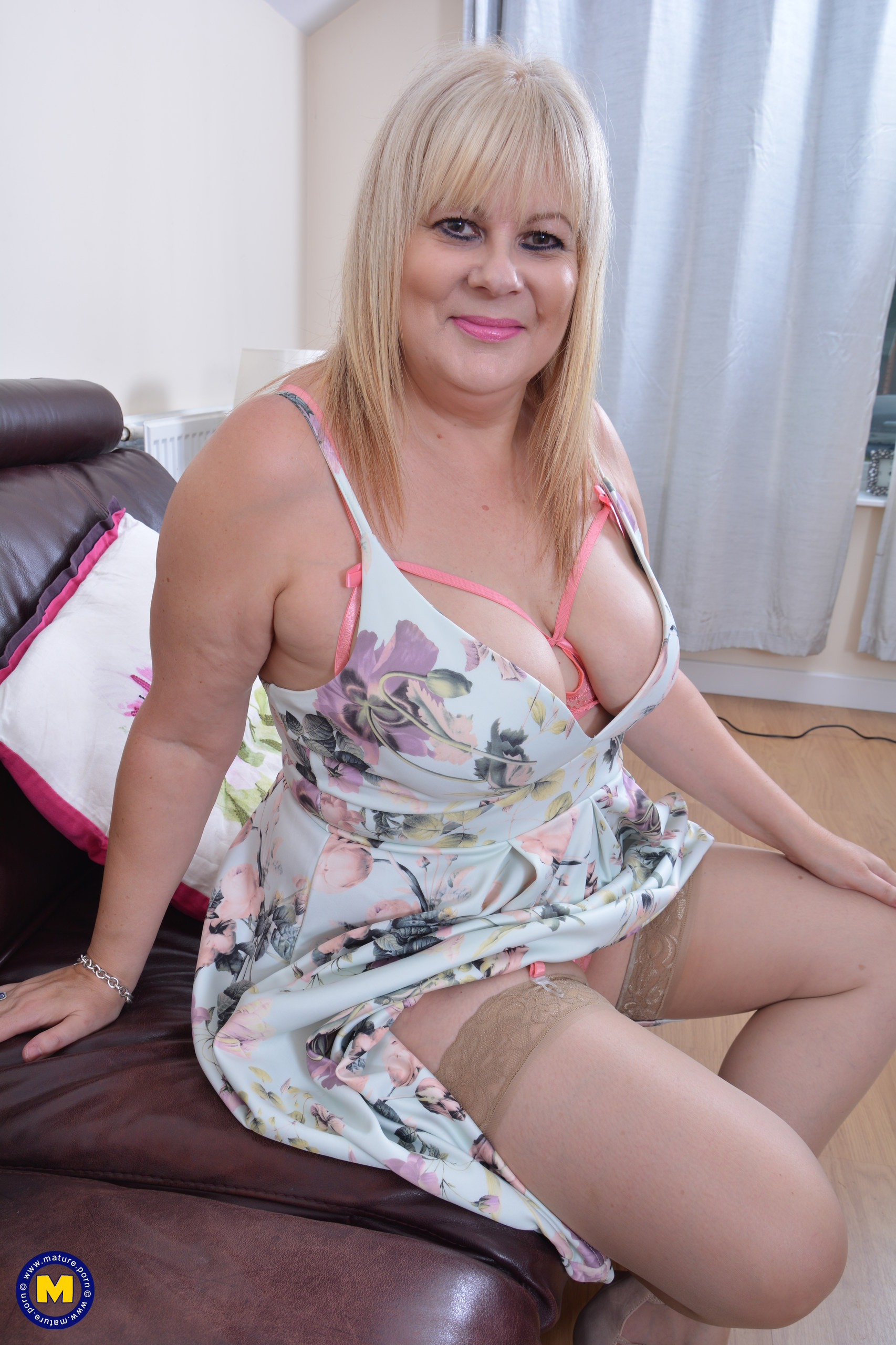 This round mama enjoys to have fun with her hitachi
