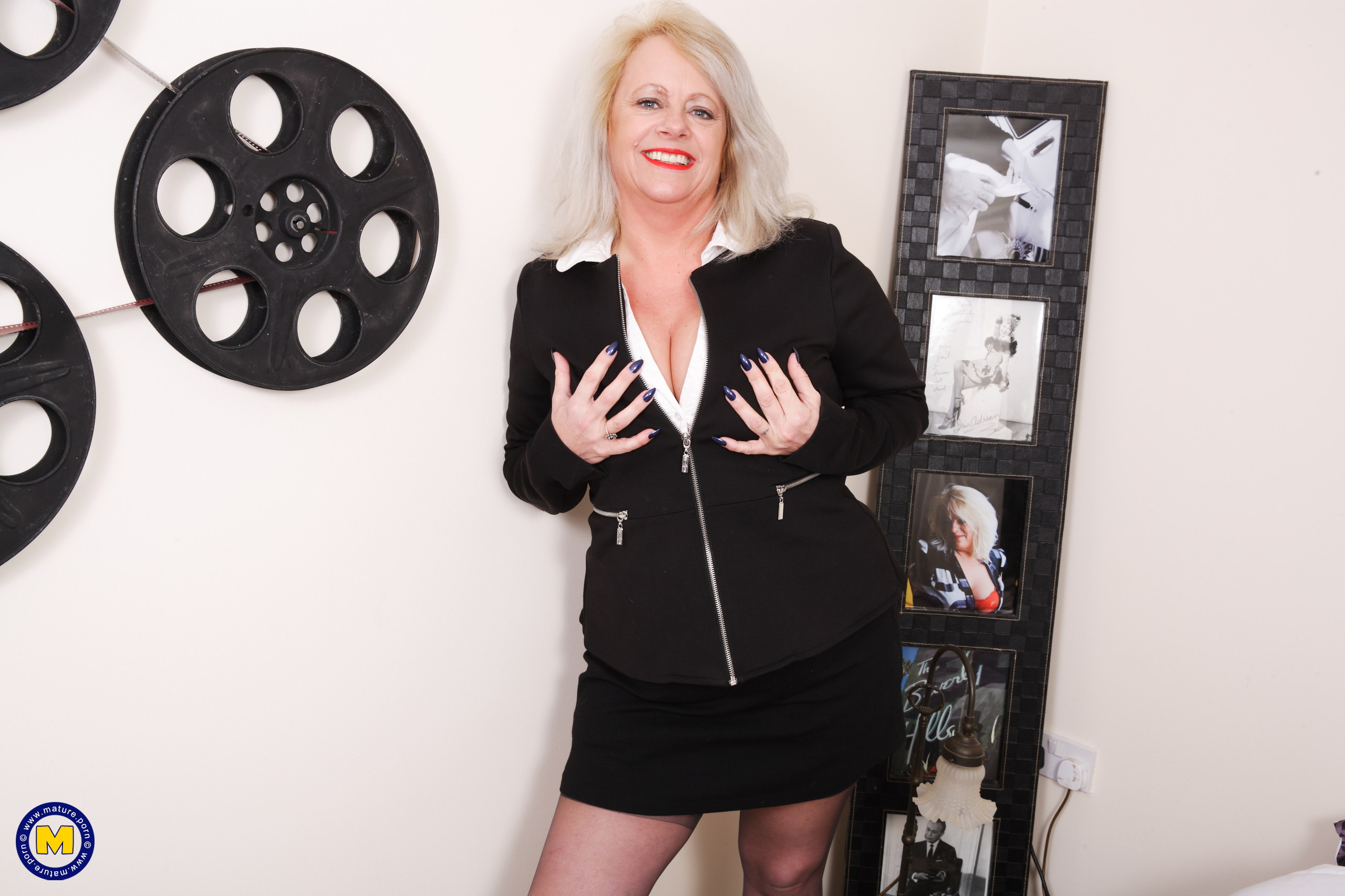 Plump British mature lady likes toying with herself