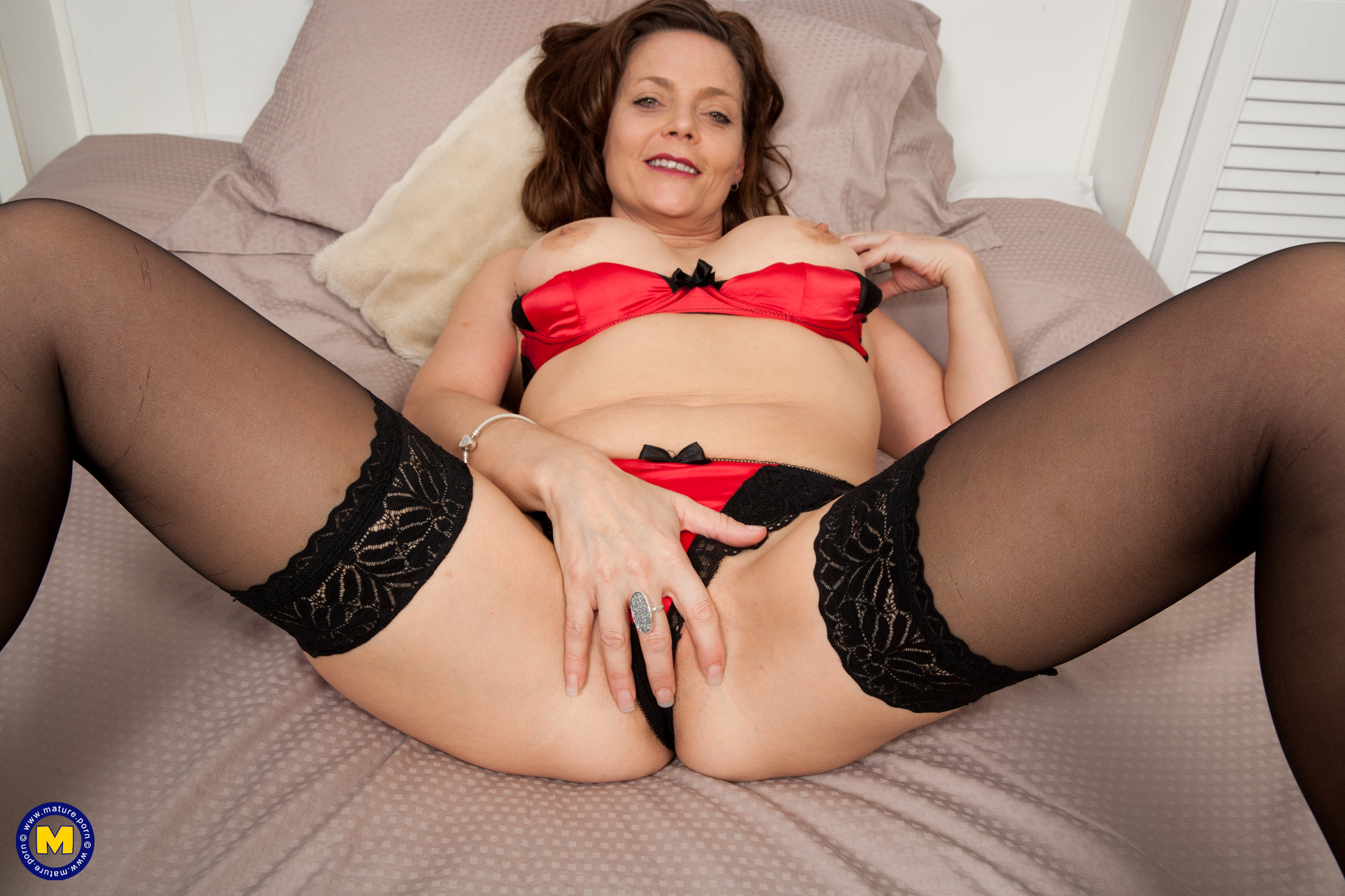 Ultra-kinky smoothly-shaven housewife toying with her muff