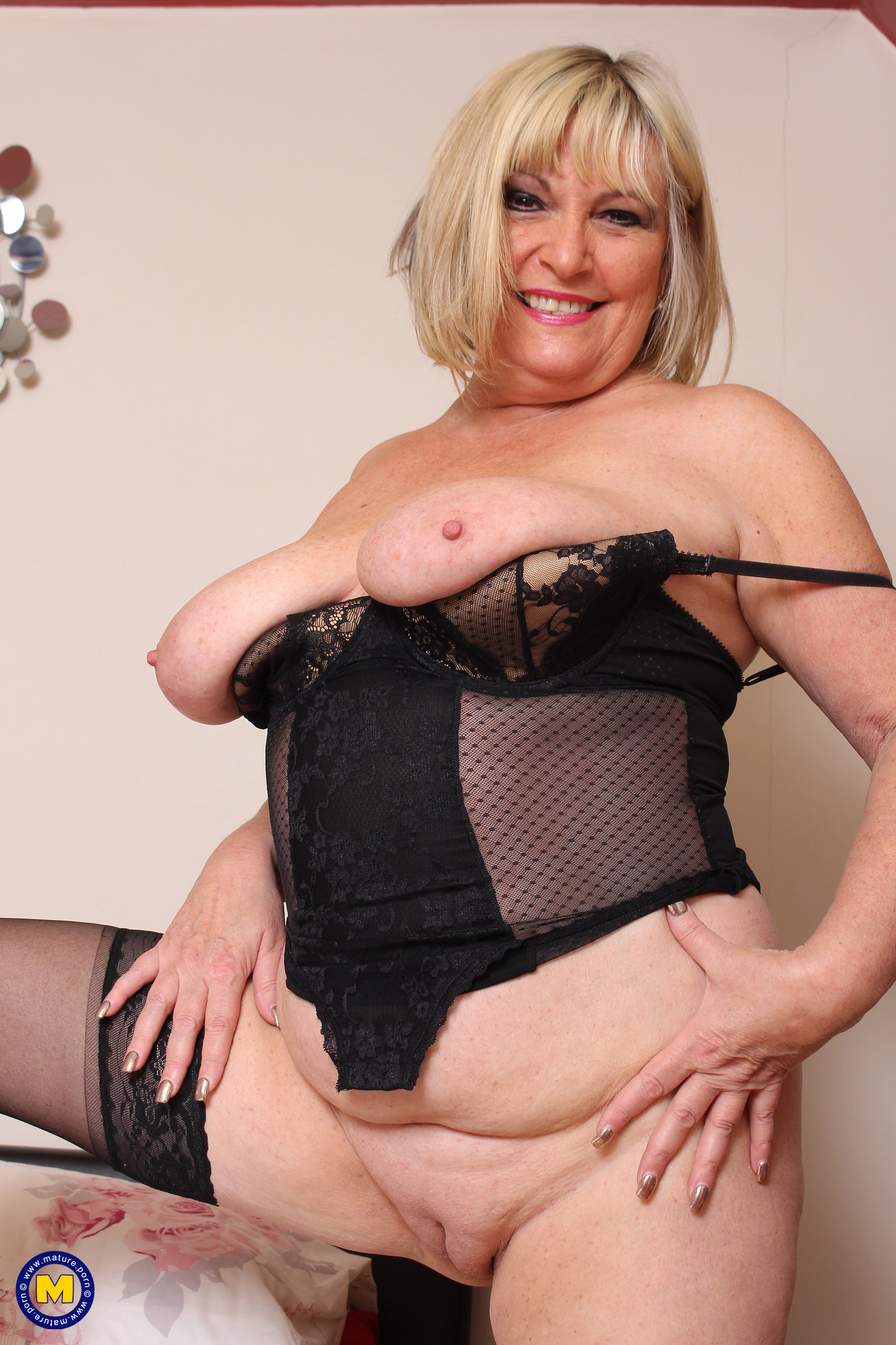 Brit housewife with good jugs toying alone