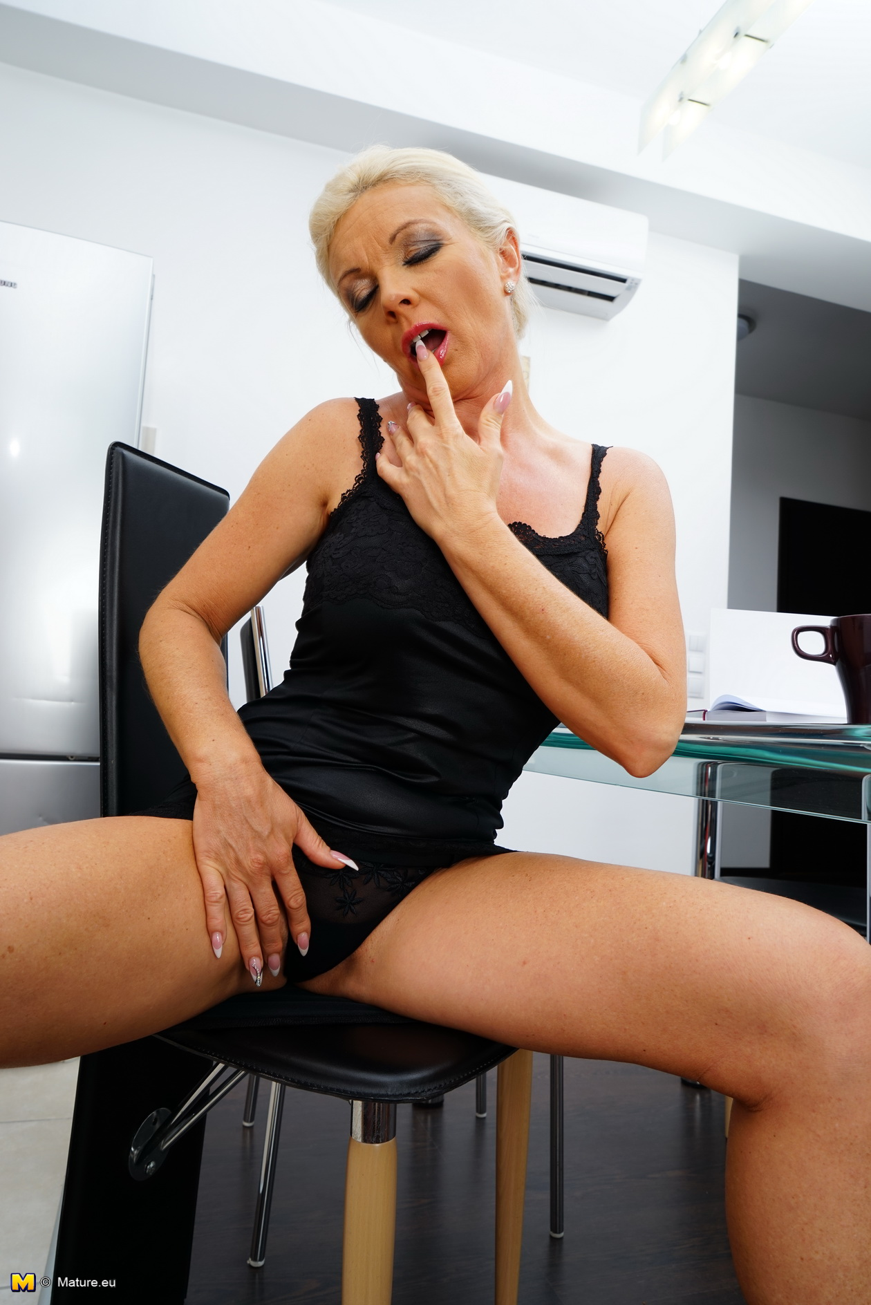 Naughty housewife playing with her raw cooch